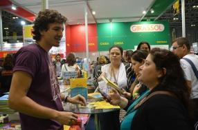 Vinicius Grossos, da Faro Editorial no Estande da Editora Girassol