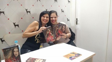 Com a autora FML Pepper, no estande da Editora Valentina
