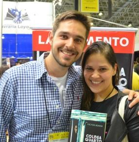 Fernanda com o autor Victor Bonini, da Faro Editorial no Estande da Editora Girassol